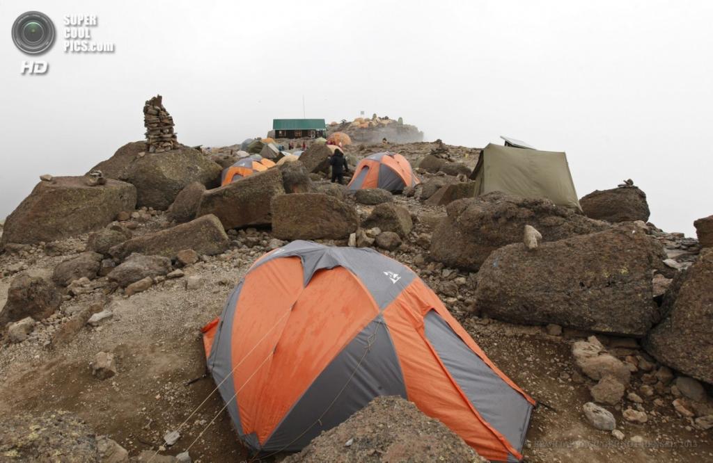 Танзания. Килиманджаро. 13 февраля. Лагерь «Барафу». (EPA/ИТАР-ТАСС/GERNOT HENSEL)