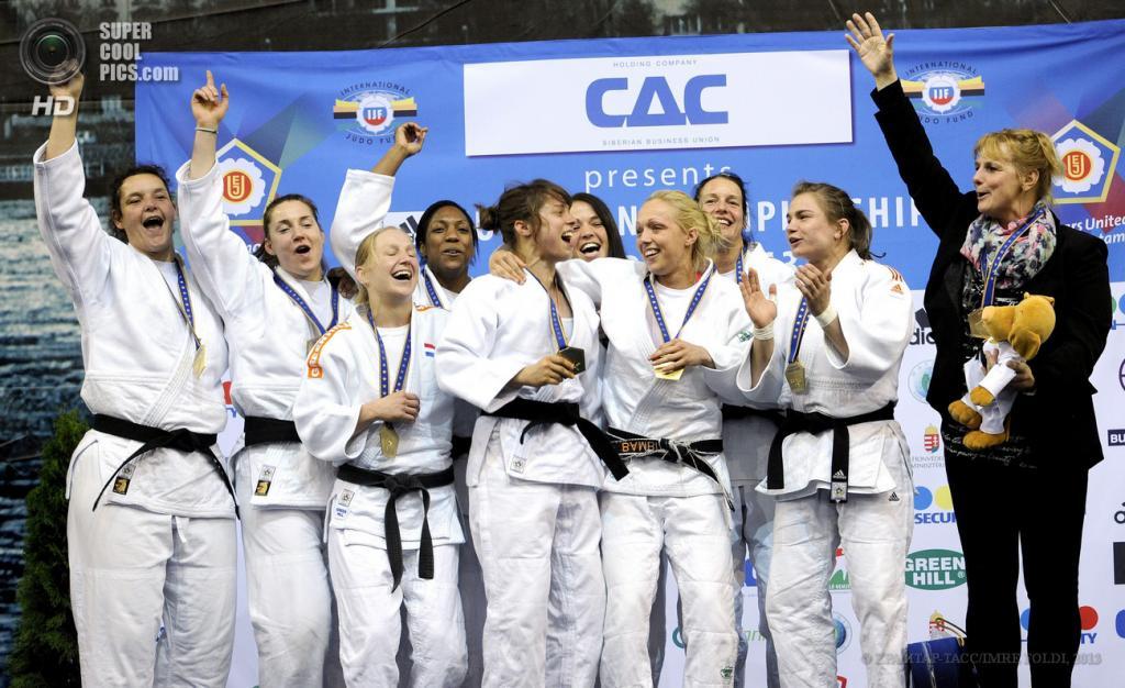 Венгрия. Будапешт. 28 апреля. Нидерландские дзюдоистки с золотыми медалями. (EPA/ИТАР-ТАСС/IMRE FOLDI)