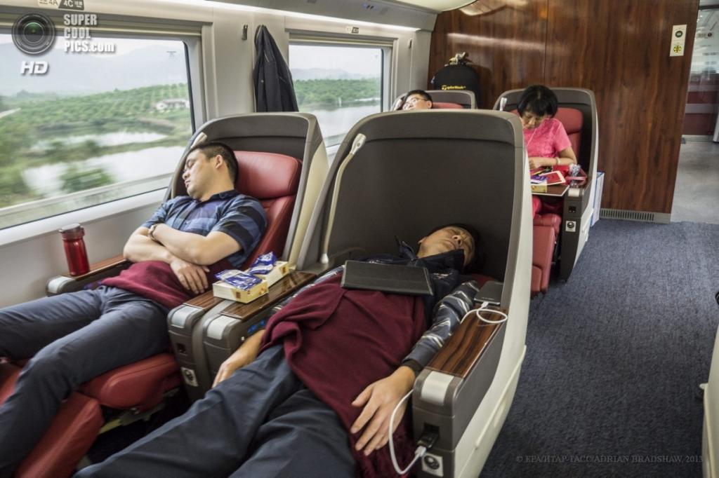 Китай. 3 апреля. Некоторые работяги спят в поездах, не тратя время понапрасну. (EPA/ИТАР-ТАСС/ADRIAN BRADSHAW)
