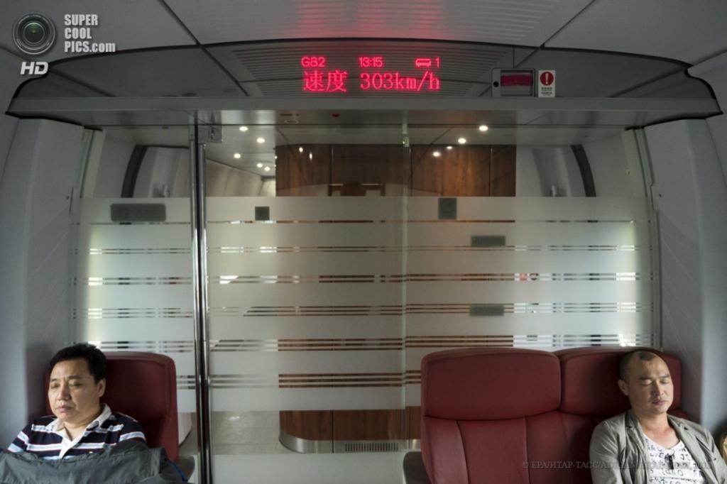 Китай. 3 апреля. Индикатор скорости в салоне. (EPA/ИТАР-ТАСС/ADRIAN BRADSHAW)