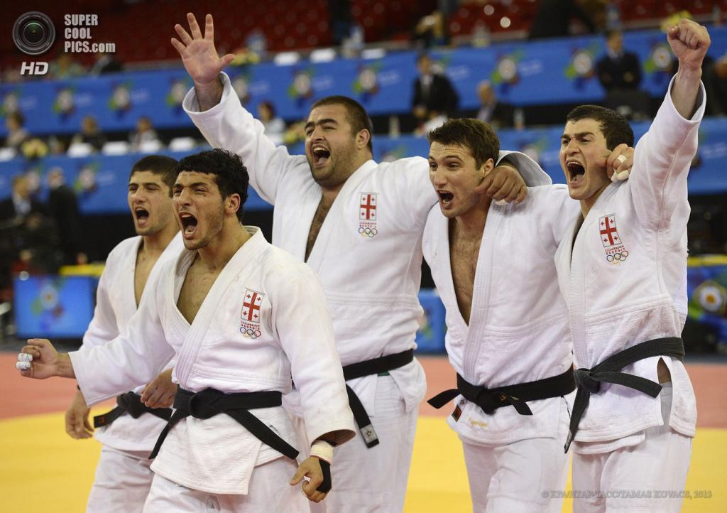 Венгрия. Будапешт. 28 апреля. Мужская сборная Грузии празднует победу над сборной России в финале. (EPA/ИТАР-ТАСС/TAMAS KOVACS)