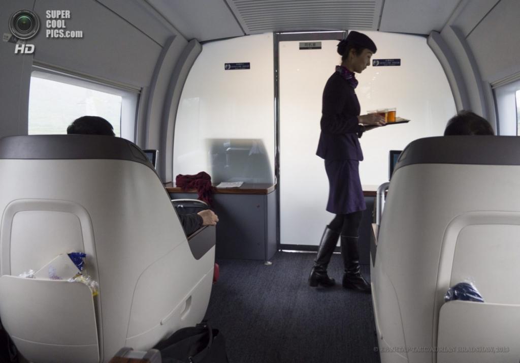 Китай. 3 апреля. Стюардесса разносит чай пассажирам. (EPA/ИТАР-ТАСС/ADRIAN BRADSHAW)