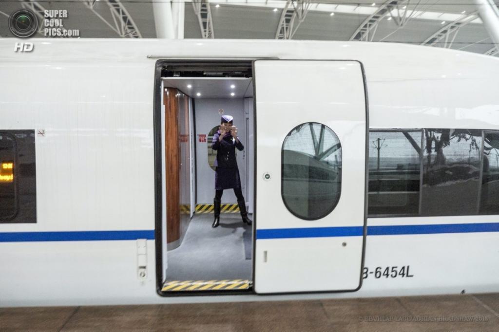 Китай. 3 апреля. Улыбчивая стюардесса показывает фотографу, сколько у того есть времени на станции. (EPA/ИТАР-ТАСС/ADRIAN BRADSHAW)