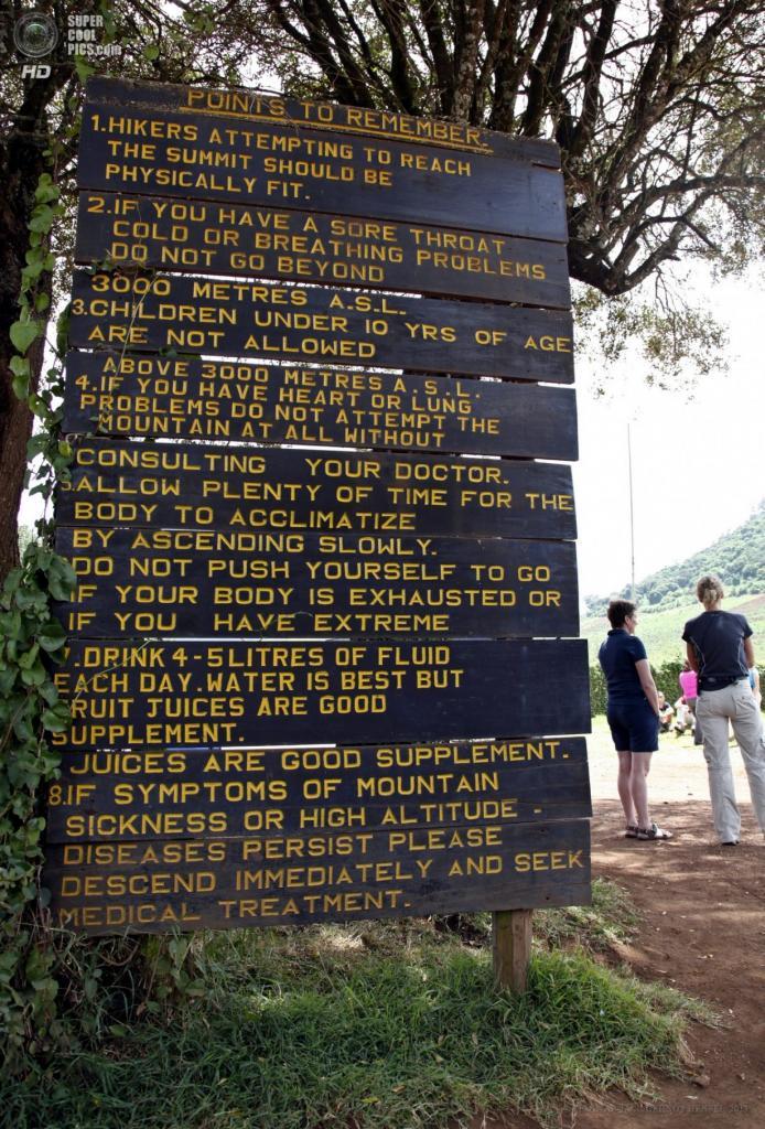 Танзания. Килиманджаро. 8 февраля. Памятка для альпинистов у Врат Лондоросси близ западного склона — последняя формальная точка перед восхождением. (EPA/ИТАР-ТАСС/GERNOT HENSEL)