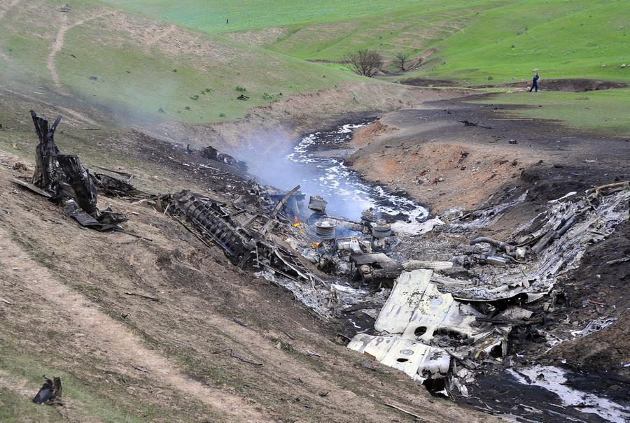 Киргизия. Чуйская область. 4 мая. На месте крушения самолета Boeing C-135 американских военно-воздушных сил вблизи села Чалдовар. (ИТАР-ТАСС/Сагын Айльчиев)