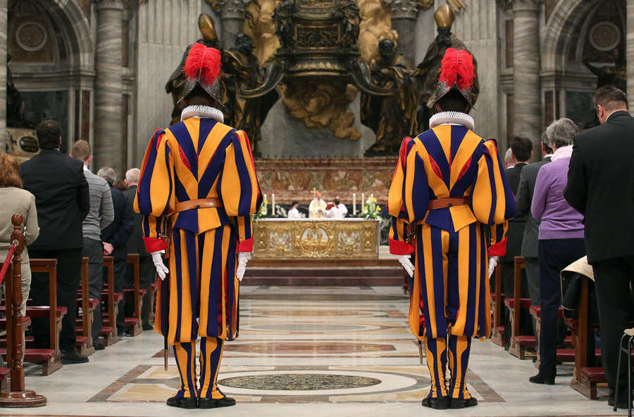 Ватикан. 6 мая. Его Высокопреосвященство кардинал Тарчизио Бертоне служит мессу у Кафедры Святого Петра по случаю принесения присяги новобранцами Швейцарской гвардии. (EPA/ИТАР-ТАСС/ALESSANDRO DI MEO)