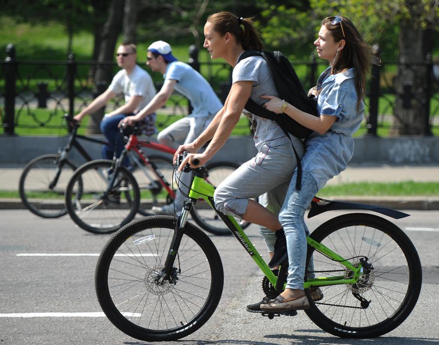 Москвичи устроили «Велобульвар» в честь открытия велосипедного сезона (10 фото)