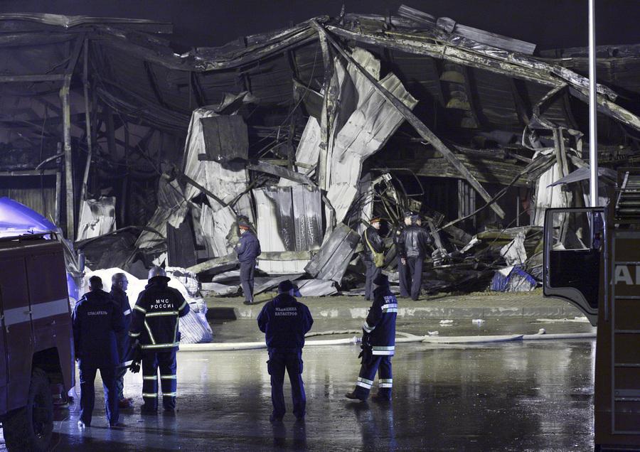 Ликвидация пожара в торговом комплексе «Новая тура» под Казанью (13 фото)