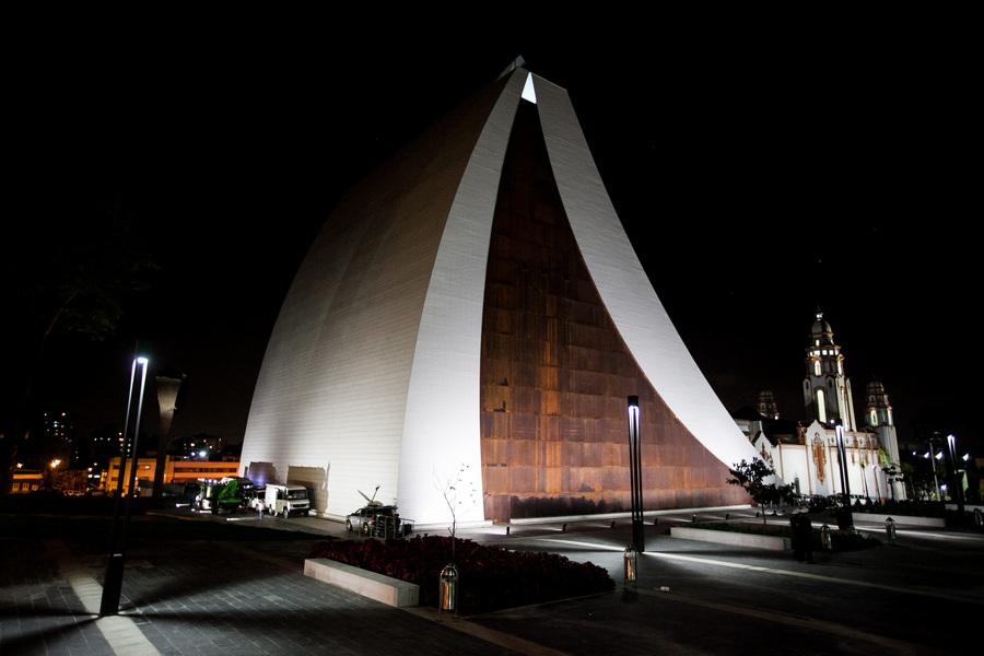 Церемония открытия мавзолея Симона Боливара (4 фото)