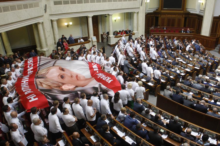 Акция украинских депутатов от оппозиции на сессии Верховной Рады (5 фото)