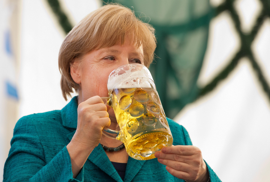 Германия. Мюнхен, Бавария. 15 мая. Ангела Меркель на 42-й ярмарке Truderinger Festwoche. (EPA/ИТАР-ТАСС/PETER KNEFFEL)