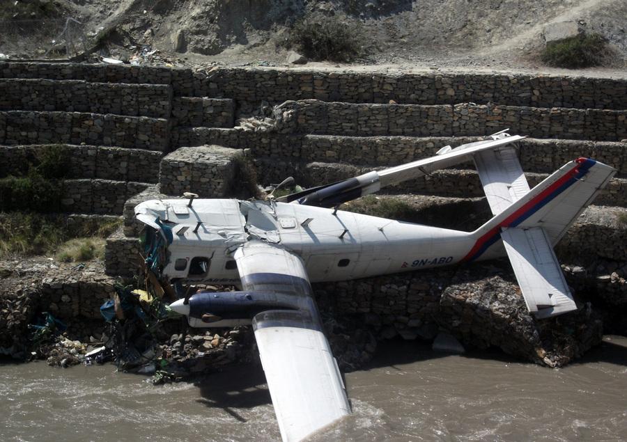 Непал. Мустанг. 16 мая. На месте крушения легкомоторного самолета De Havilland Canada DHC-6 Twin Otter авиакомпании Nepal Airlines с туристами на борту. (EPA/ИТАР-ТАСС/SANTOSH SHERCHAN)