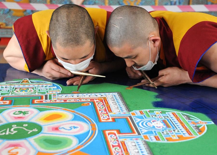 Построение песочной мандалы Бодхисаттвы Авалокитешвары в Читинском дацане (11 фото)
