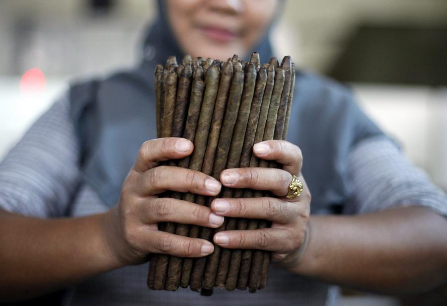 На фабрике по производству сигар в Джокьякарте (15 фото)