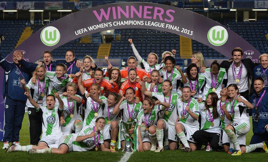 Великобритания. Лондон. 23 мая. Футболистки «Вольфсбурга» празднуют победу в Женской Лиге чемпионов УЕФА. (EPA/ИТАР-ТАСС/ANDY RAIN)
