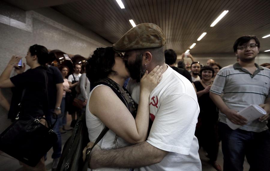 Турция. Анкара. 25 мая. Во время поцелуйной акции протеста против исламизации городского метро. (EPA/ИТАР-ТАСС/SEDAT SUNA)