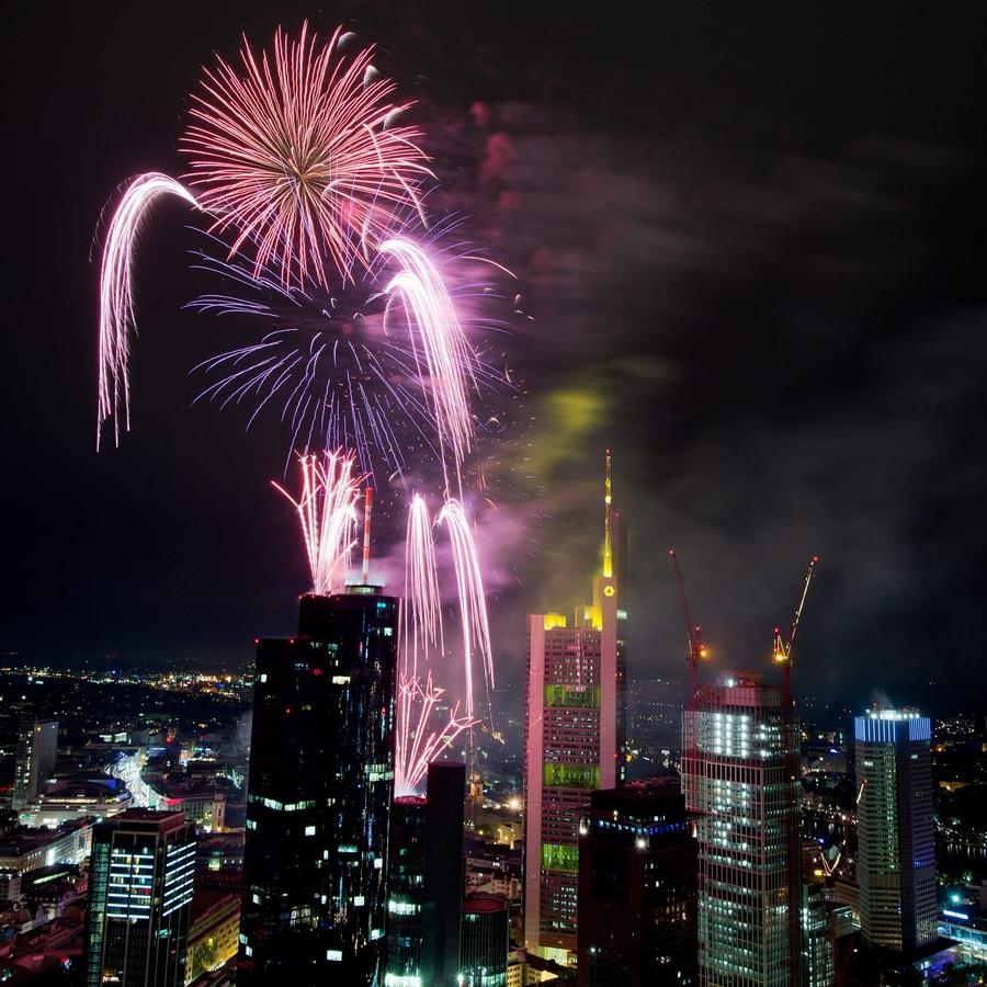 Германия. Франкфурт-на-Майне, Гессен. 25 мая. Фейерверк во время Фестиваля небоскребов. (EPA/ИТАР-ТАСС/BORIS ROESSLER)