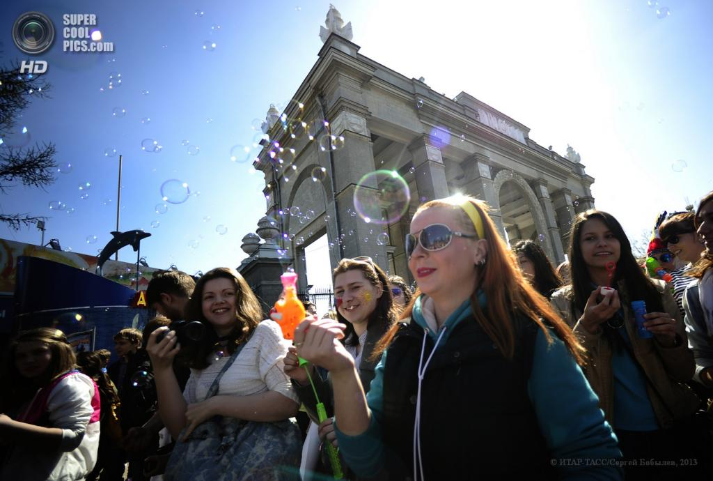 Россия. Москва. 2 мая. Участники ежегодного парада мыльных пузырей Dreamflash 2013 на ВВЦ. (ИТАР-ТАСС/Сергей Бобылев)