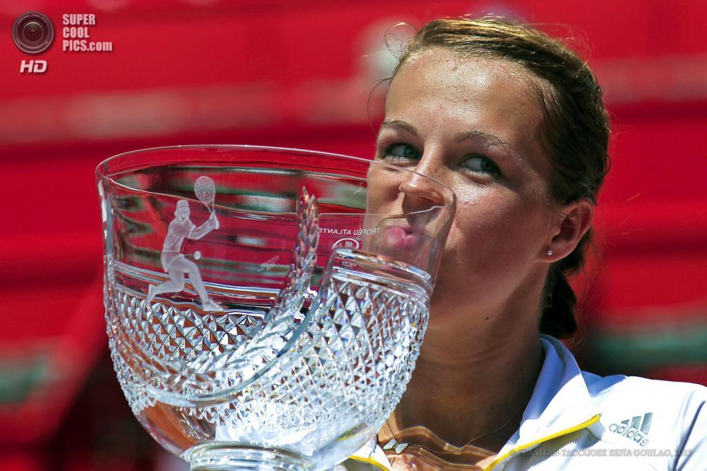 Португалия. Оэйраш. 4 мая. Анастасия Павлюченкова целует свой трофей. (EPA/ИТАР-ТАСС/JOSE SENA GOULAO)