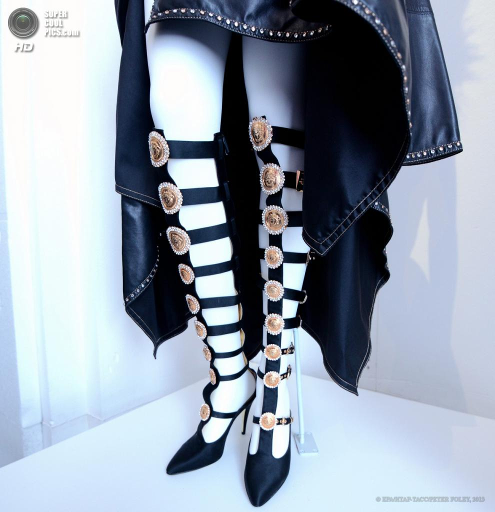 США. Нью-Йорк. 6 мая. Обувь Gianni Versace. (EPA/ИТАР-ТАСС/PETER FOLEY)