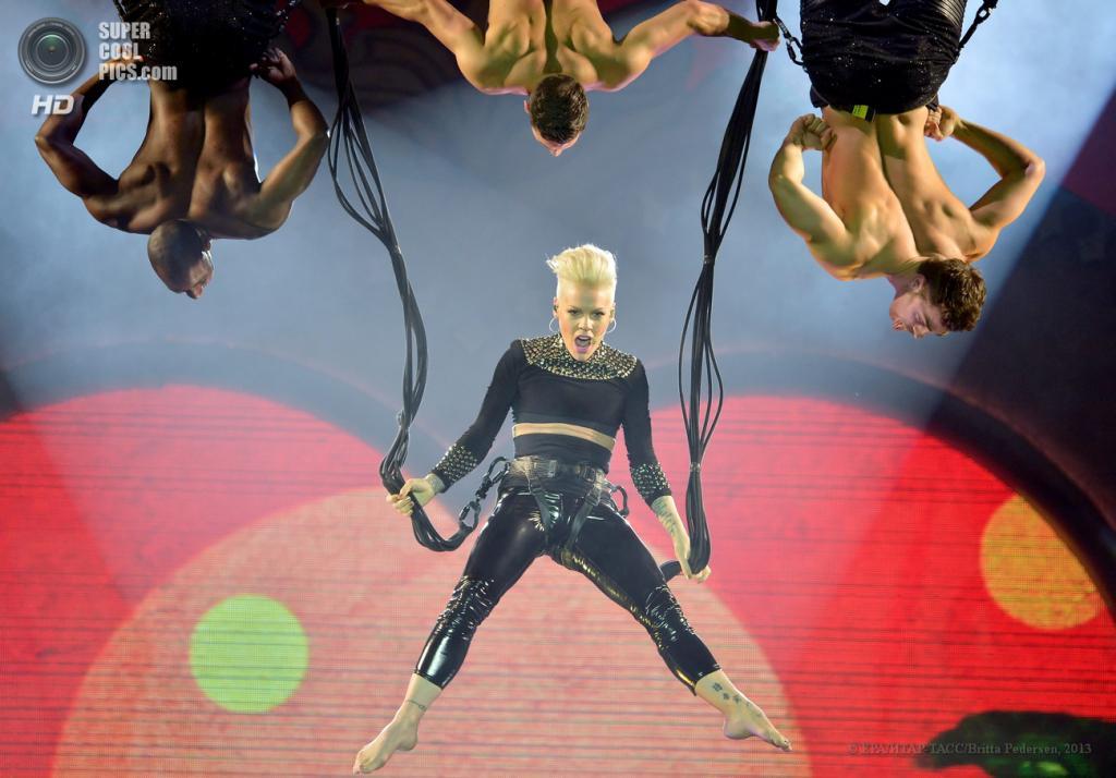 Германия. Берлин. 3 мая. Во время выступления американской певицы Pink. (EPA/ИТАР-ТАСС/Britta Pedersen)