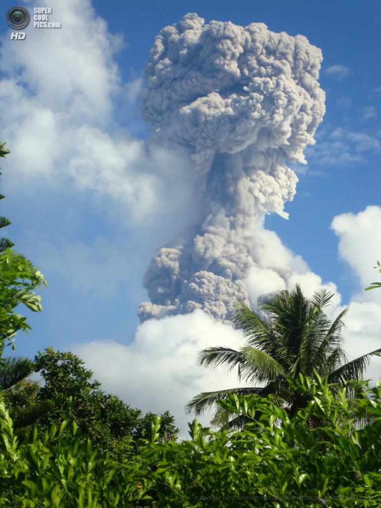 Фреатическое извержение вулкана Майон (3 фото)
