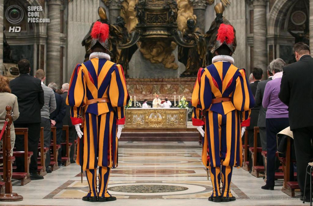 Ватикан. 6 мая. Его Высокопреосвященство кардинал Тарчизио Бертоне служит мессу у Кафедры Святого Петра в Соборе Святого Петра по случаю принесения присяги новобранцами Швейцарской гвардии. (EPA/ИТАР-ТАСС/ALESSANDRO DI MEO)