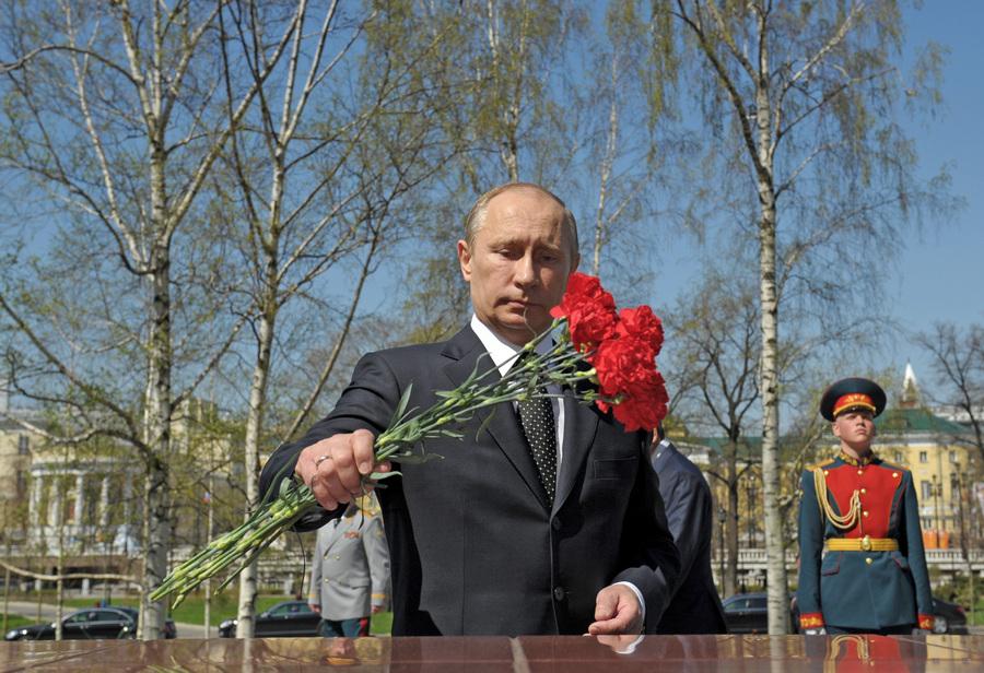 Президент России В.Путин возложил венок к Вечному огню в честь Дня Победы