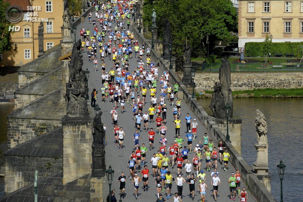 Чехия. Прага. 12 мая. Вид сверху на участников 19-го Пражского марафона, бегущих по Карлову мосту. (EPA/ИТАР-ТАСС/FILIP SINGER)