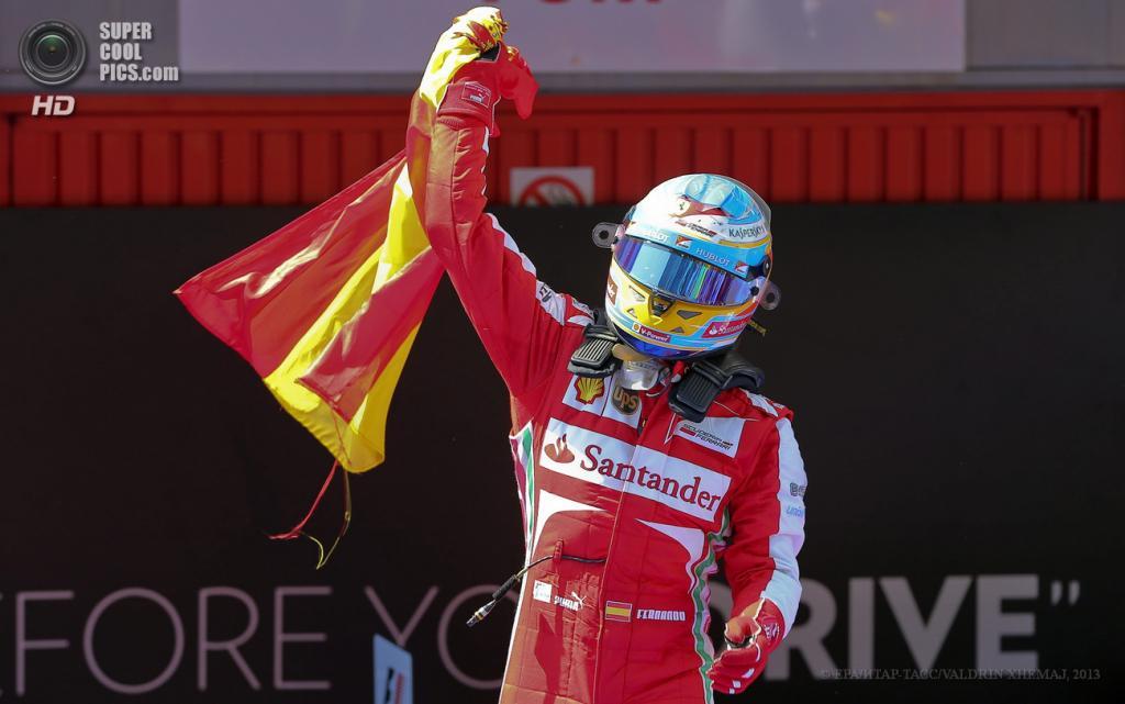 Испания. Монтмело, Каталония. 12 мая. Гонщик команды Scuderia Ferrari Фернандо Алонсо празднует победу на Гран-при Испании. (EPA/ИТАР-ТАСС/VALDRIN XHEMAJ)