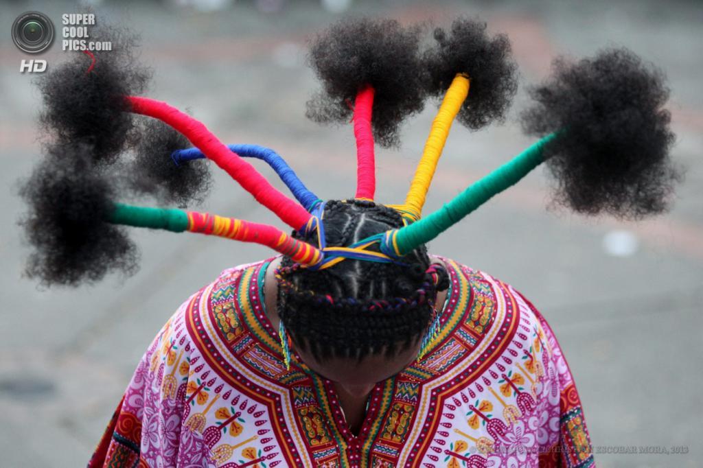 Колумбия. Кали, Валье-дель-Каука. 12 мая. Ежегодная встреча парикмахеров «Техиендо Эсперансас». (EPA/ИТАР-ТАСС/CHRISTIAN ESCOBAR MORA)