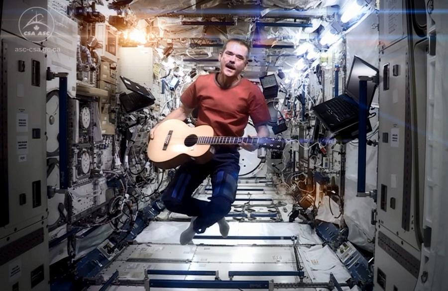 Астронавт Крис Хэдфилд на МКС снял видеоклип на песню Дэвида Боуи «Space Oddity» (2 фото + видео)