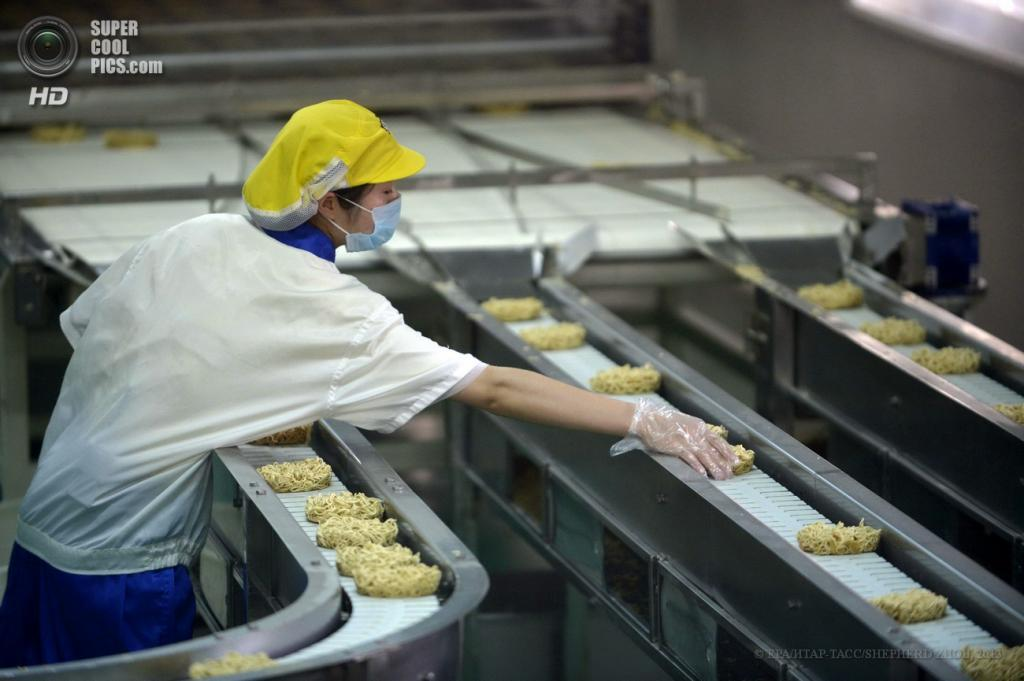 Китай. Ухань, Хубэй. 14 мая. Производство лапши быстрого приготовления. (EPA/ИТАР-ТАСС/SHEPHERD ZHOU)
