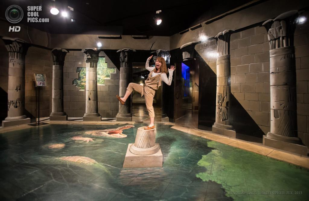 Япония. Хатиодзи, Токио. 17 мая. «Логово крокодилов с колоннами» в музее оптических иллюзий Takao Trick Art Museum. (EPA/ИТАР-ТАСС/CHRISTOPHER JUE)