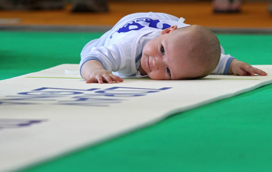 Забег в ползунках на Фестивале младенцев в Сокольниках