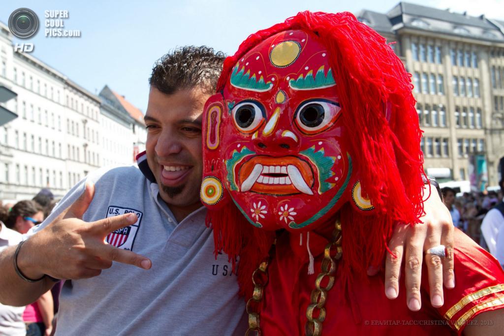 Германия. Берлин. 19 мая. Участник Карнавала культур в непальской маске. (EPA/ИТАР-ТАСС/CRISTINA VAZQUEZ)