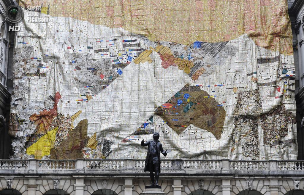 Великобритания. Лондон. 20 мая. Во время презентации «занавеси» Эль Анацуи на фасаде Королевской академии художеств. (EPA/ИТАР-ТАСС/FACUNDO ARRIZABALAGA)