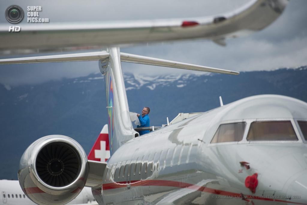 Швейцария. Женева. 20 мая. Во время пресс-показа выставки бизнес-авиации EBACE 2013. (EPA/ИТАР-ТАСС/JEAN-CHRISTOPHE BOTT)