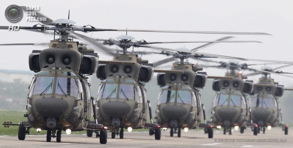 Южная Корея. Нонсан, Чхунчхон-Намдо. 20 мая. Во время военных учений ВВС Южной Кореи при участии вертолетов KAI Surion. (EPA/ИТАР-ТАСС/JEON HEON-KYUN)