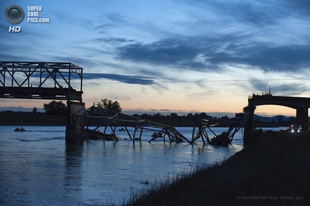 США. Маунт-Вернон, Вашингтон. 23 мая. Во время поисково-спасательных работ на месте обрушения моста через реку Скеджит. (EPA/ИТАР-ТАСС/DAN LEVINE)