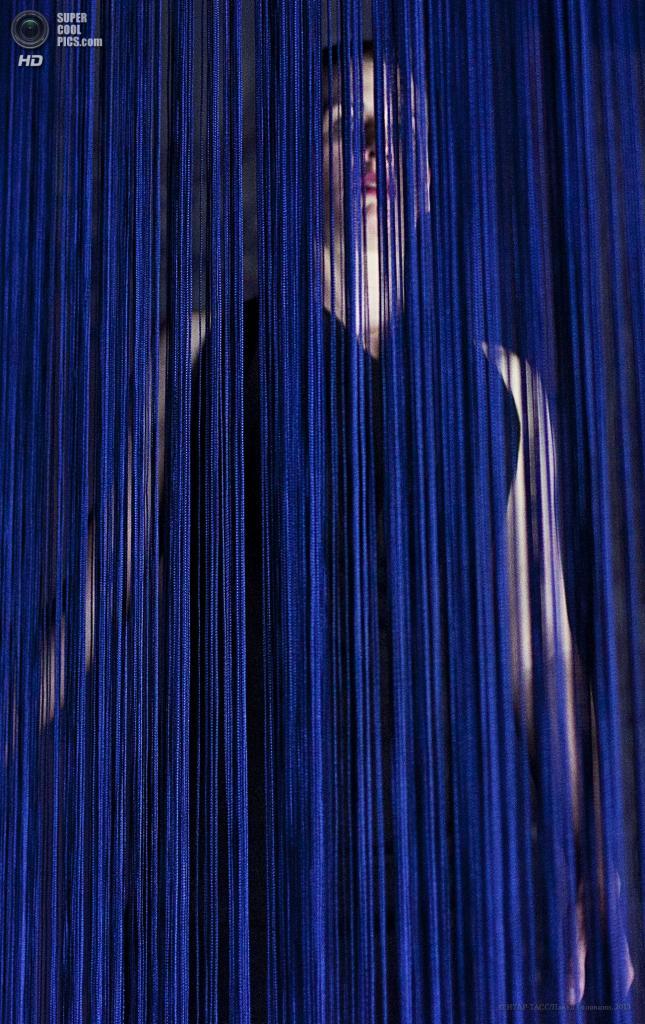 Россия. Москва. 23 мая. Мелания Кретчман в сцене из спектакля «Жажда» по пьесе Сары Кейн на сцене театра «Школа современной пьесы». (ИТАР-ТАСС/Павел Головкин)
