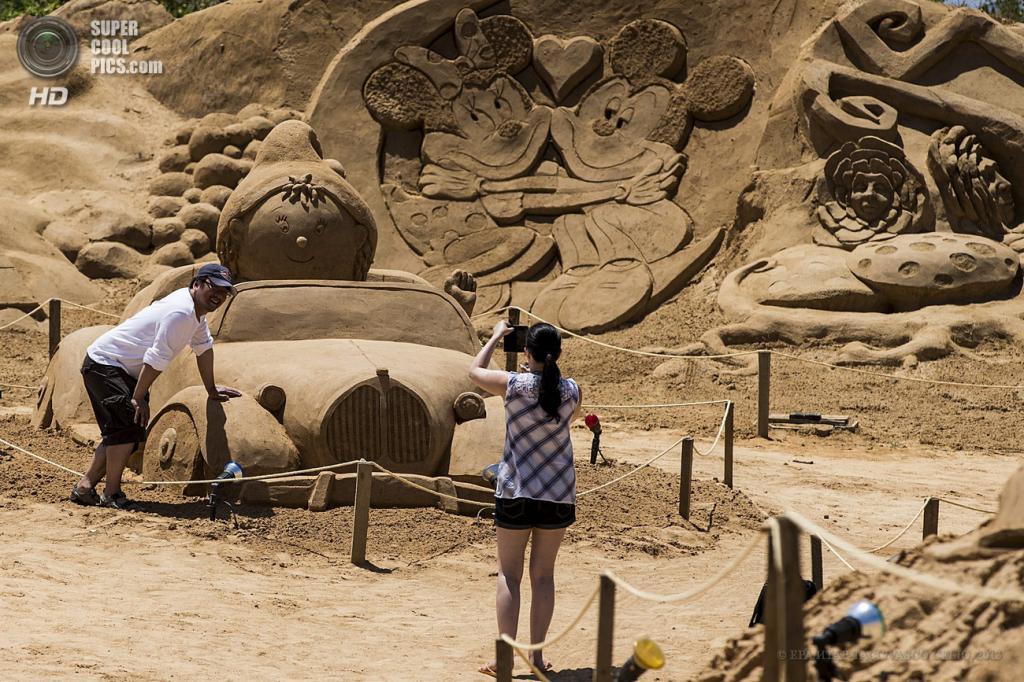 Португалия. Пера, Фару. 25 мая. На Международном фестивале песчаных скульптур FIESA. (EPA/ИТАР-ТАСС/VASCO CELIO)