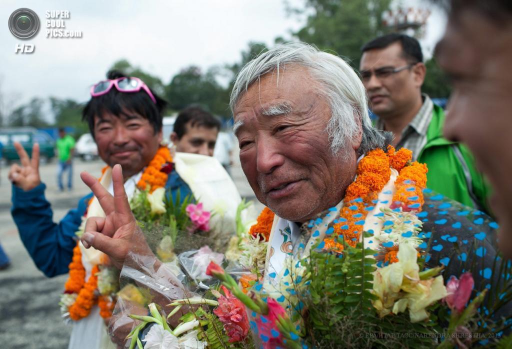 Непал. Катманду. 80-летний японец Юитиро Миура со своим сыном Готой в аэропорту. (EPA/ИТАР-ТАСС/NARENDRA SHRESTHA)