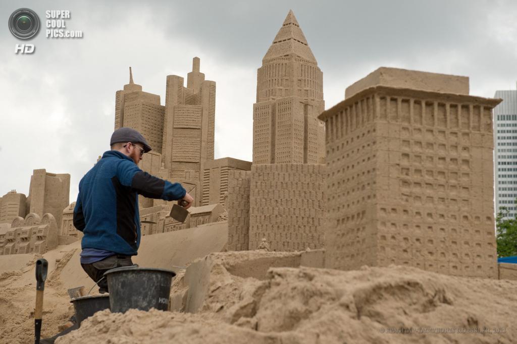 Германия. Франкфурт-на-Майне, Гессен. 25 мая. Создание песчаных скульптур во время Фестиваля небоскребов. (EPA/ИТАР-ТАСС/BORIS ROESSLER)