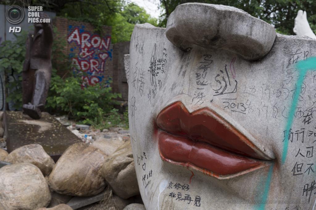 Китай. Пекин. 28 мая. На прогулке по «Зоне искусств 798». (EPA/ИТАР-ТАСС/ADRIAN BRADSHAW)