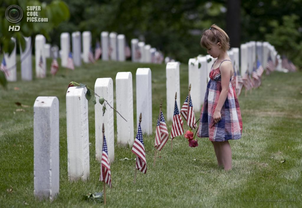 США. Вашингтон. 28 мая. Девочка на Арлингтонском национальном кладбище в День поминовения. (ИТАР-ТАСС/Анна Горн)
