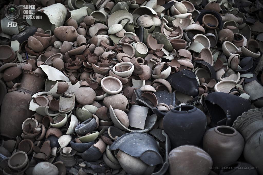 Палестина. Сектор Газа. 28 мая. Изготовление керамики в одной из гончарных мастерских региона. (EPA/ИТАР-ТАСС/ALI ALI)