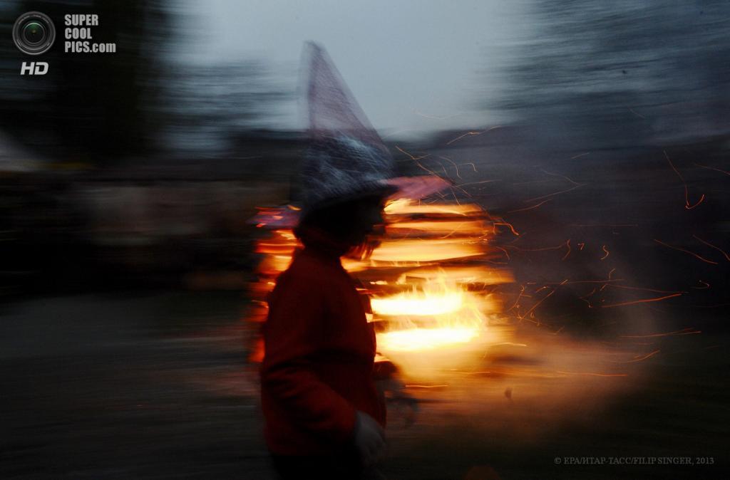 Чехия. Прага. 30 апреля. Юная «ведьмочка» на фоне костра. (EPA/ИТАР-ТАСС/FILIP SINGER)