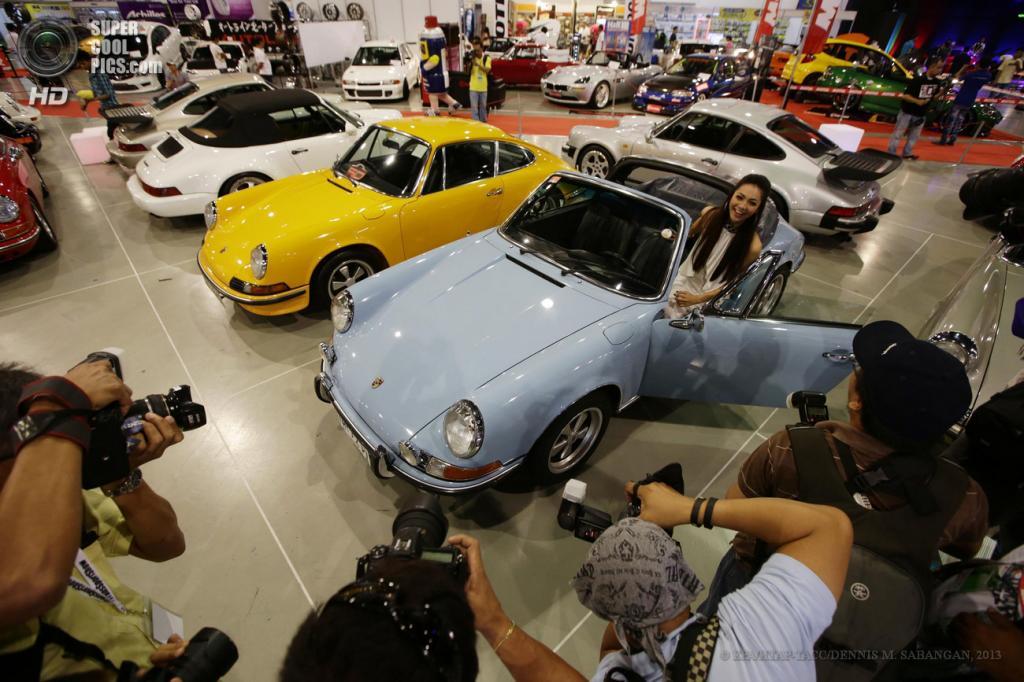 Филиппины. Манилы. 30 мая. «Мисс Земля Филиппины» Джанни Алипун позирует у Porsche 911 Targa 1971 года выпуска на 22-м Манильском автосалоне. (EPA/ИТАР-ТАСС/DENNIS M. SABANGAN)