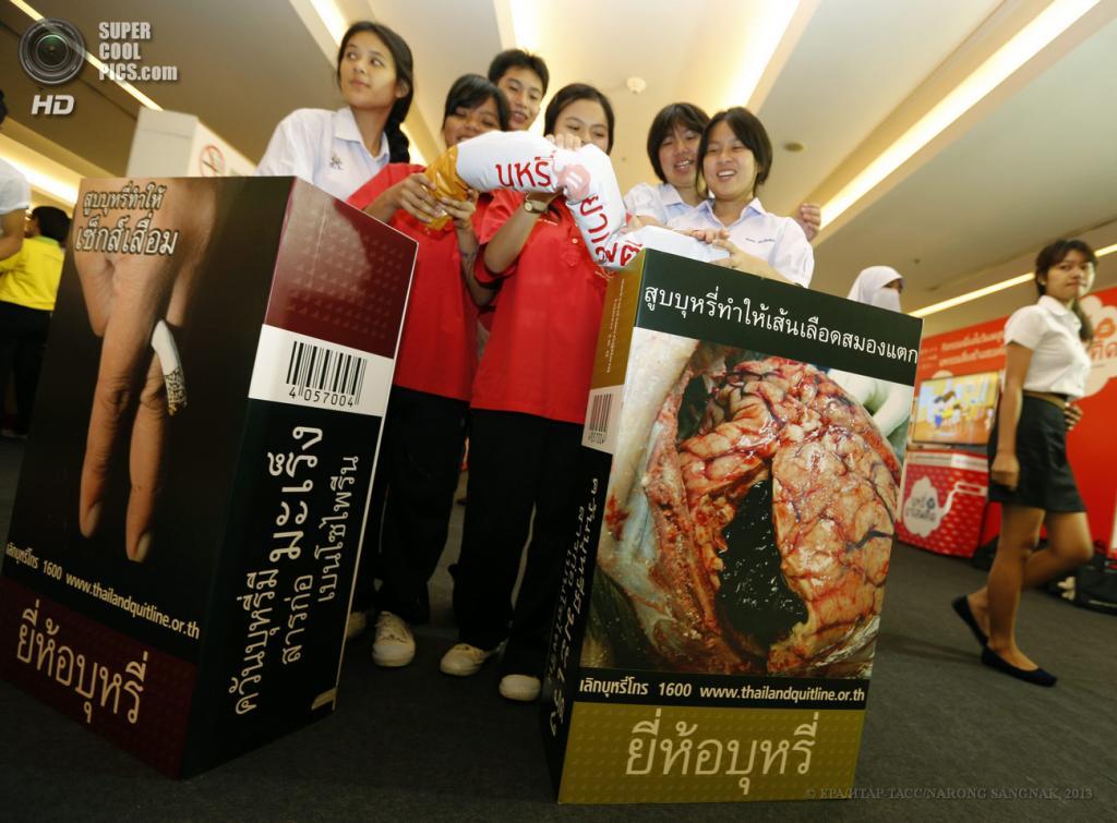 Таиланд. Бангкок. 30 мая. Во время акции против курения. (EPA/ИТАР-ТАСС/NARONG SANGNAK)